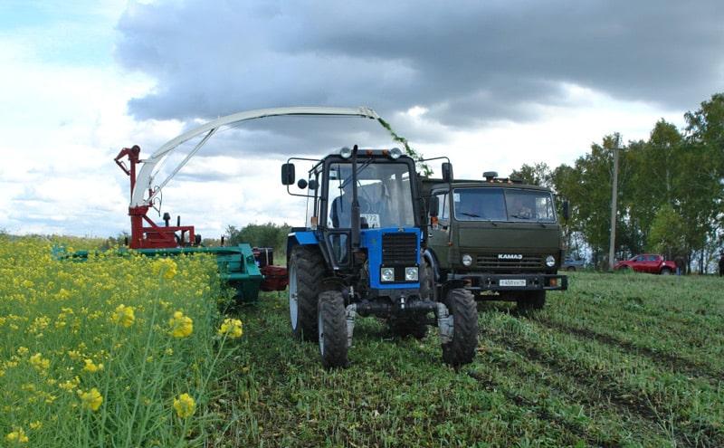 Трактор МТЗ с прицепными жатками