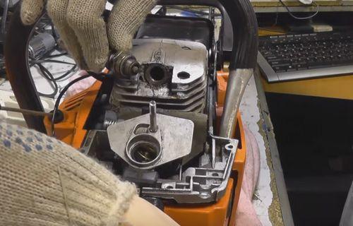 Бензопила заводится нормально, но при добавления газа глохнет